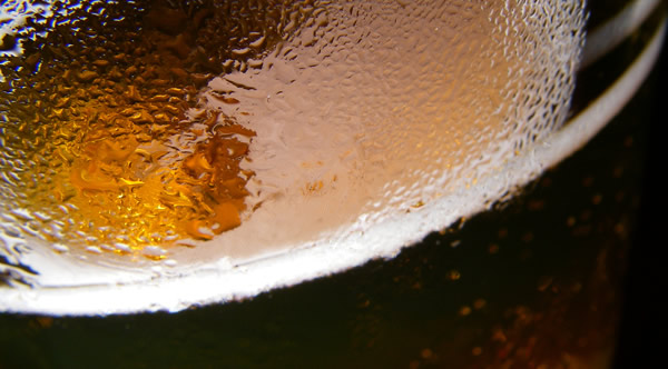 Macro num copo de cerveja