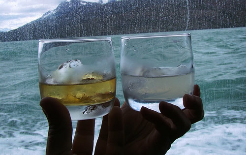Brinde com whisky no gelo