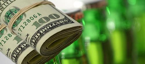 Garrafas de cerveja e dinheiro