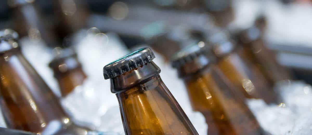 gelo e garrafas de cerveja