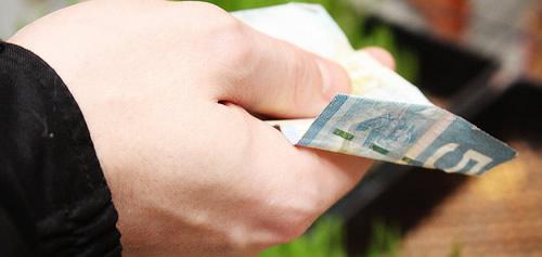 Mão segurando dinheiro