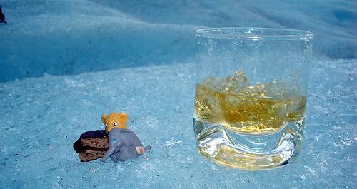 Copo de whisky num iceberg