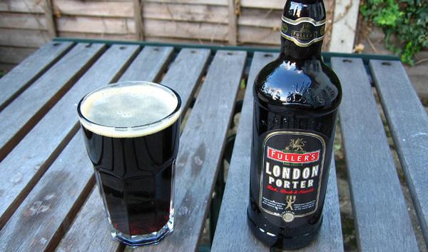 Garrafa e copo da cerveja London Porter