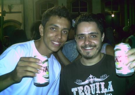 Mr. Absolut e Chico Salinas tomando uma procurando os bêbados...