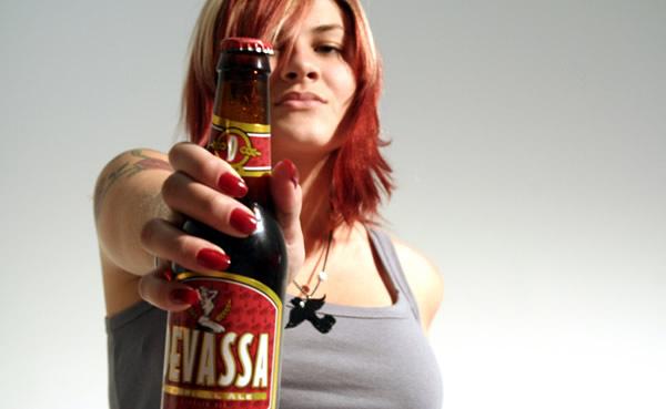 Mulher segurando cerveja Devassa