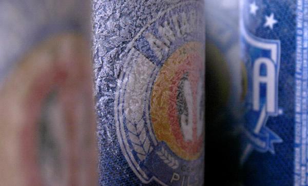 Latas da cerveja Antarctica congeladas
