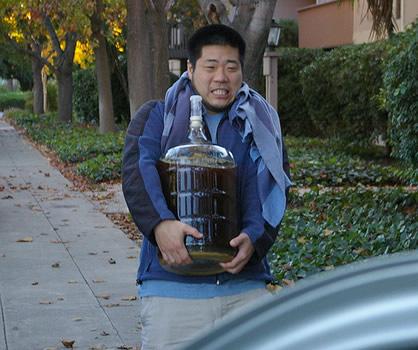 Japonês transportando cerveja