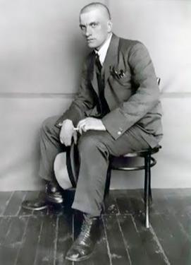 Vladimir Maiakovski sentado num banco