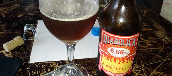 Garrafa e copo da cerveja Diabólica