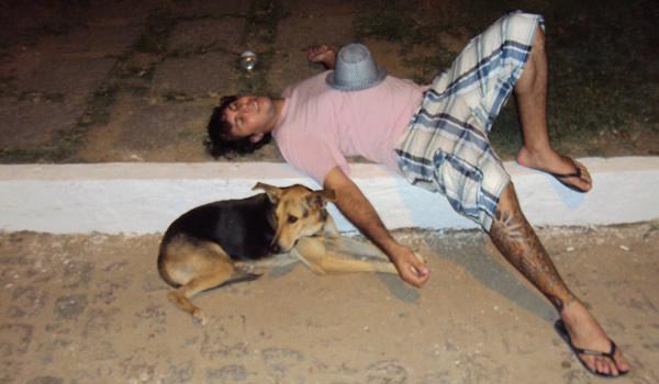 Bêbado dormindo com cachorro
