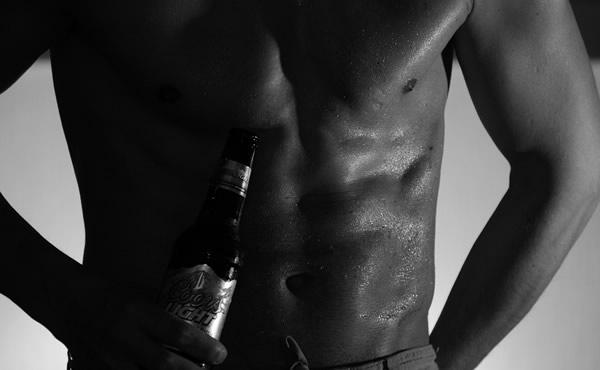 Cerveja e abdomen suado