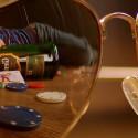 Óculos na mesa de poker refletindo um homem dormindo