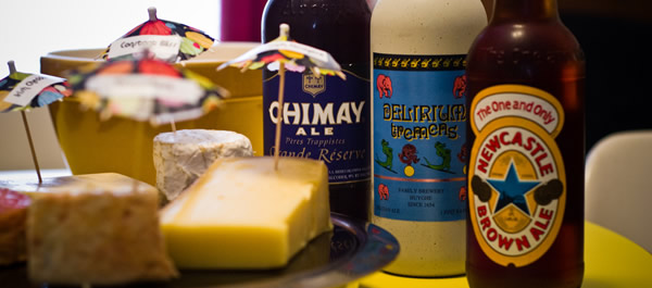Queijos e três cerveja sobre a mesa
