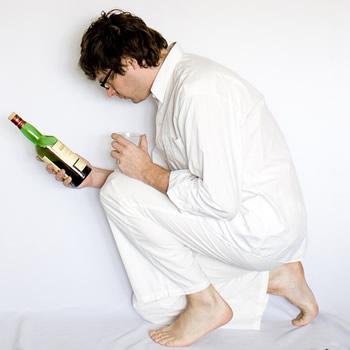 Bêbado segurando garrafa de vinho