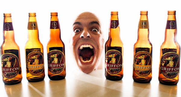 Cara de boca aberta com 6 garrafas de cerveja