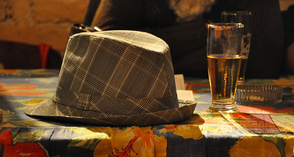 Chapeu e um copo de cerveja