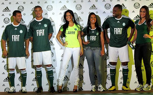 Jogadores apresentando o novo uniforme do Palmeiras