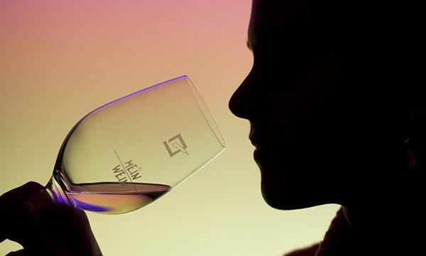 Homem apreciando vinho