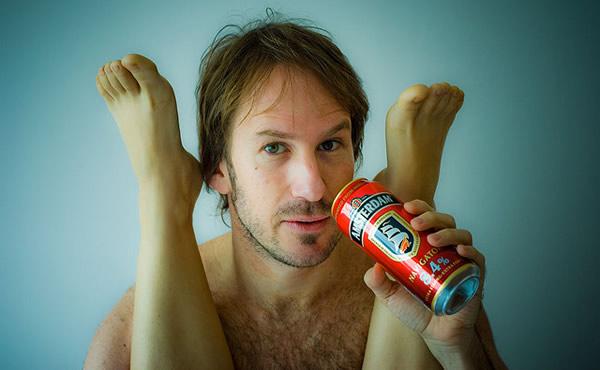 Bebendo cerveja e enroscado nas pernas da mulher