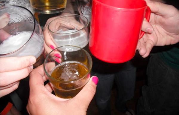 Um brinde com canecas