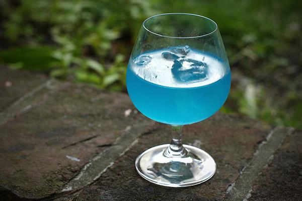 Drink lagoa azul numa taça redonda
