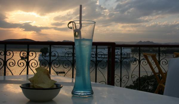 Drink lagoa azul numa taça estilosa