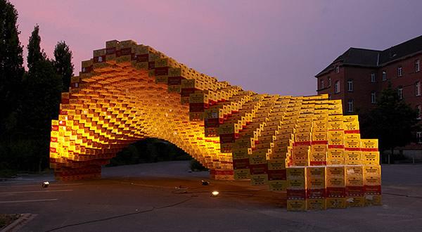 Pavilhão feito com engradados de cerveja