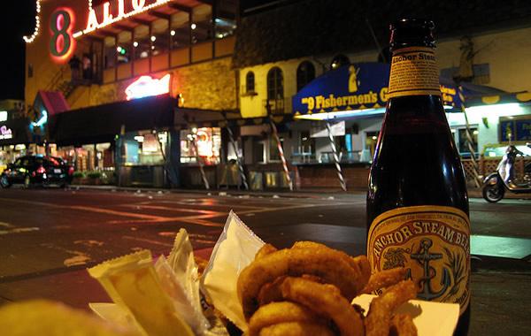 Anéis de cebola e cerveja