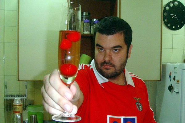 Barmaniac oferecendo o drink Kir Royal