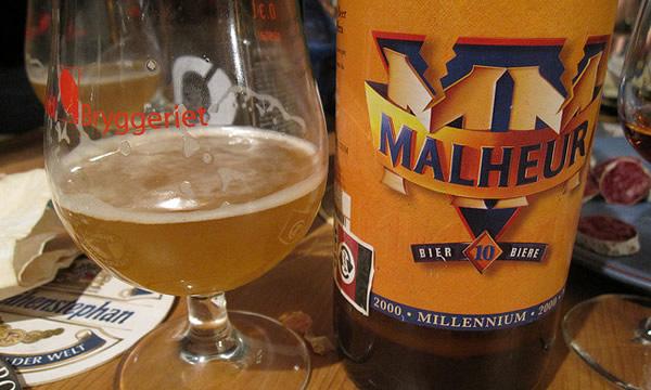 Garrafa e copo da cerveja Malheur 10
