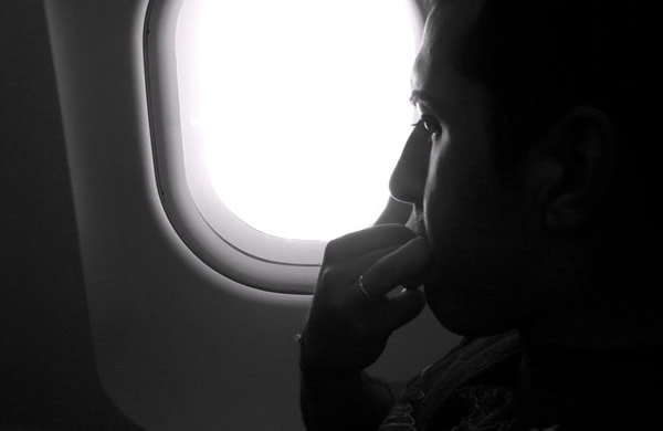 Homem dentro de um avião