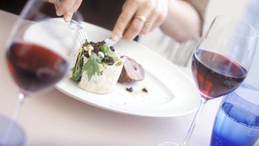 Taças de vinho tinto com peixe