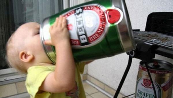 Bebê segurando um barril de cerveja