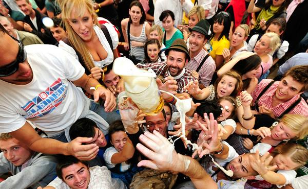 Galera tomando banho de cerveja na Oktoberfest
