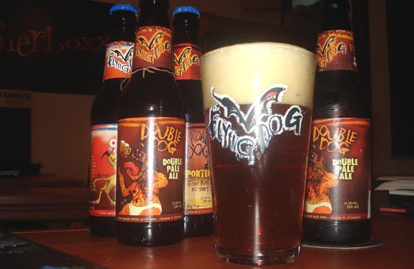 Garrafas e copo da cerveja Flying Dog Double Dog