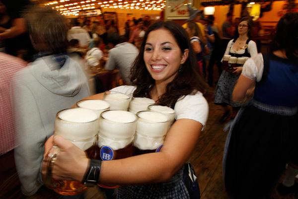Morena carregando canecas na Oktoberfest
