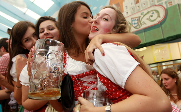 Mulheres se beijando na Oktoberfest