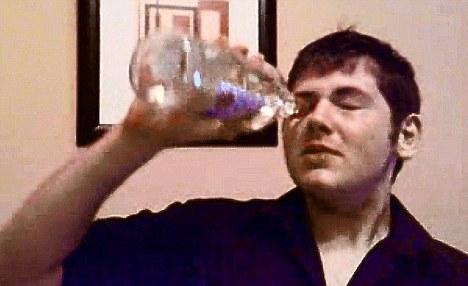 Homem fazendo Vodka Eyeballing