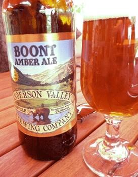 Garrafa e copo da cerveja Boont Amberale
