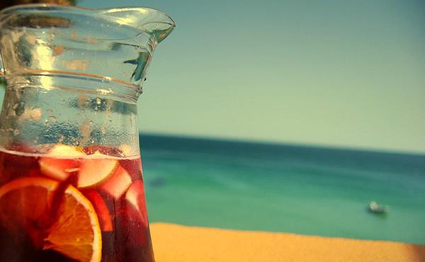Taça de sangria na praia