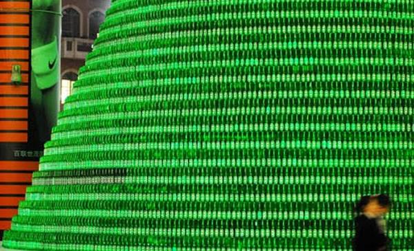 Árvore de natal com garrafas de cerveja da Heineken