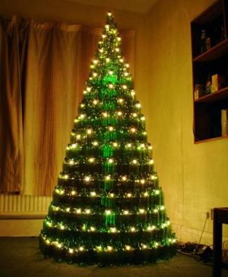 Árvore de natal acesa com garrafas de cerveja