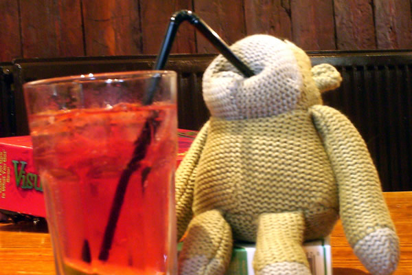 Boneco bebendo o drink Long Island Ice Tea
