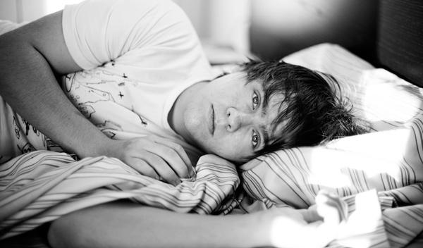 Homem deitado na cama