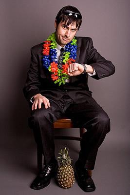 Homem de terno e colar havaiano
