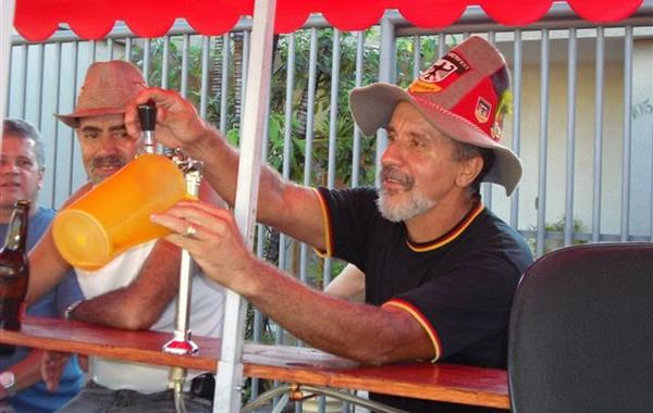 Homem colocando cerveja no bar andante