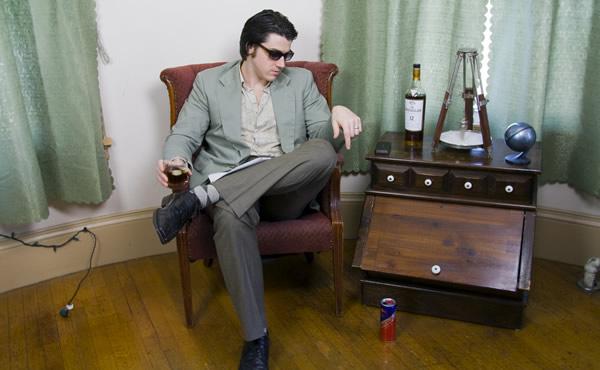 Chefe sentado e bebendo whisky