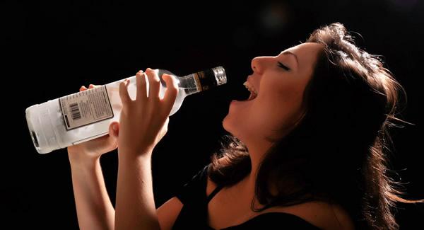 Garota bebendo vodka