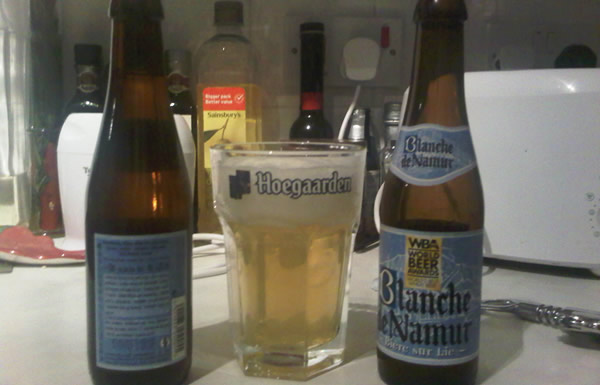 Garrafas da cerveja Blanche De Namur no copo da Hoegaarden