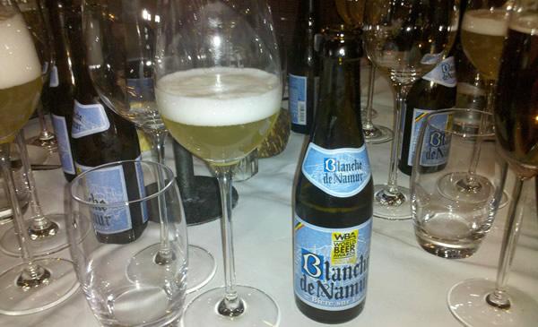 Garrafas e taças da cerveja Blanche De Namur